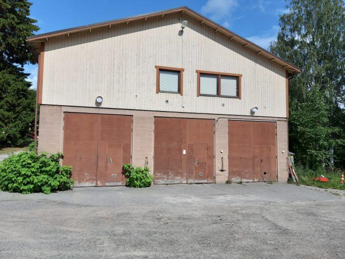 Ristiinan entinen tekninen toimisto ulkoa, alakerran autotallin kolmet pariovet