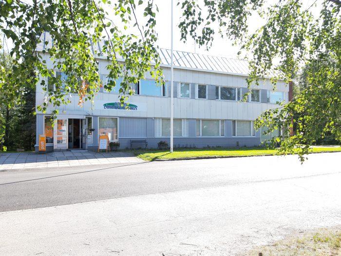 Liikehuoneisto As Oy Otavan Ketola ulkoa, 2-kerroksinen vaalea rakennus