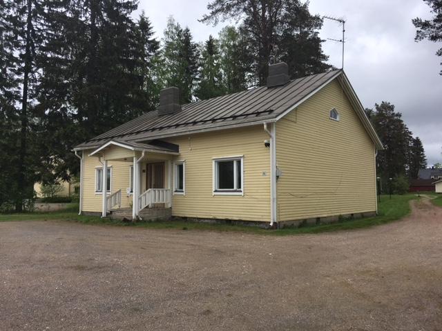 Suomenniemen entinen kirjasto ulkoa, 1-kerroksinen lautaverhoiltu rakennus edestä
