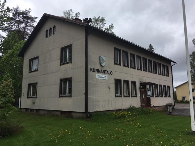 Suomenniemen entinen kunnantalo ulkoa, vaalea 2-kerroksinen rakennus, päädystä ja edestä