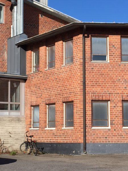Varastotila Porrassalmenkatu 50 ulkoa, punatiilinen 2-kerroksinen rakennus